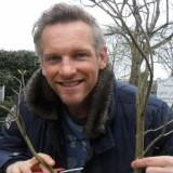 barry atsma verzorgt zijn door hem geplante boom een jaar later, buitengoed de gaard vakantiehuisje pipowagens limburg paasmaandag 06-04-2015