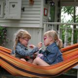 zusjesliefde in de hangmat bij de petra slaapwagen foto belle setton