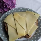 boerenkaas op heerlijk casinobrood, ontbijt bezorgd door mélange voor gasten van buitengoed de gaard