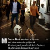 jim bakkum, sanne bosman, cast van #hetmeisjemethetrodehaar overnacht bij buitengoed de gaard en wandelt met de geitjes