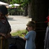 kinderen mogen touw draaien bij museum eynderhoof