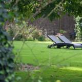 relaxen in de grote tuin met zwembad foto belinda keulen