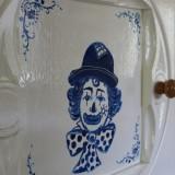 pipo de clown siert de kast in de pipowagen deluxe limburg