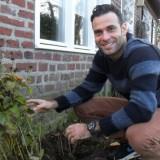tibor lukács plant mazzeltov zonnebloemen  bij buitengoed de gaard
