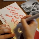 suus-suzan seegers signeert cd's voor gasten buitengoed de gaard