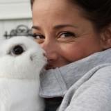 suzan seegers knuffelt met konijntje bij pipowagen buitengoed de gaard foto belinda keulen