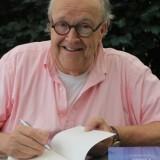 maurcie hermans signeert zijn boek 'dichter bij liefde' voor 'dichter bij liefde' welkomstpakket voor gasten buitengoed de gaard