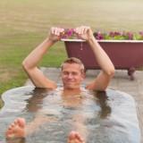 afkoelen in fris design dompelbad tussen de saunagangen door weide wereld wellness voor gasten buitengoed de gaard fotografie belinda keulen