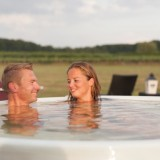 hoe weids kan de wellness zijn hot-tub in het weiland genieten van elkaar buitengoed de gaard fotografie belinda keulen
