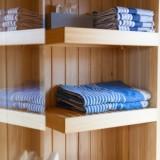 sauna gebouwd in een pipowagen weide wereld wellness buitengoed de gaard leudal fotografie belinda keulen