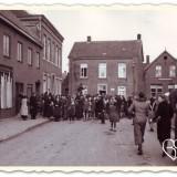 britse soldaten worden ontvangen op de hoogstraat in horn foto uit boek verdraagtj uch-archief imperial war museum liberation route arrangement  buitegoed de gaard